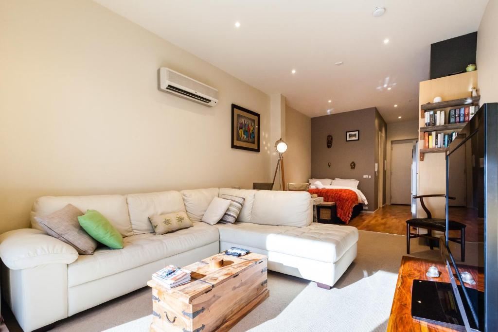 A seating area at Tennyson - Beyond a Room Private Apartments