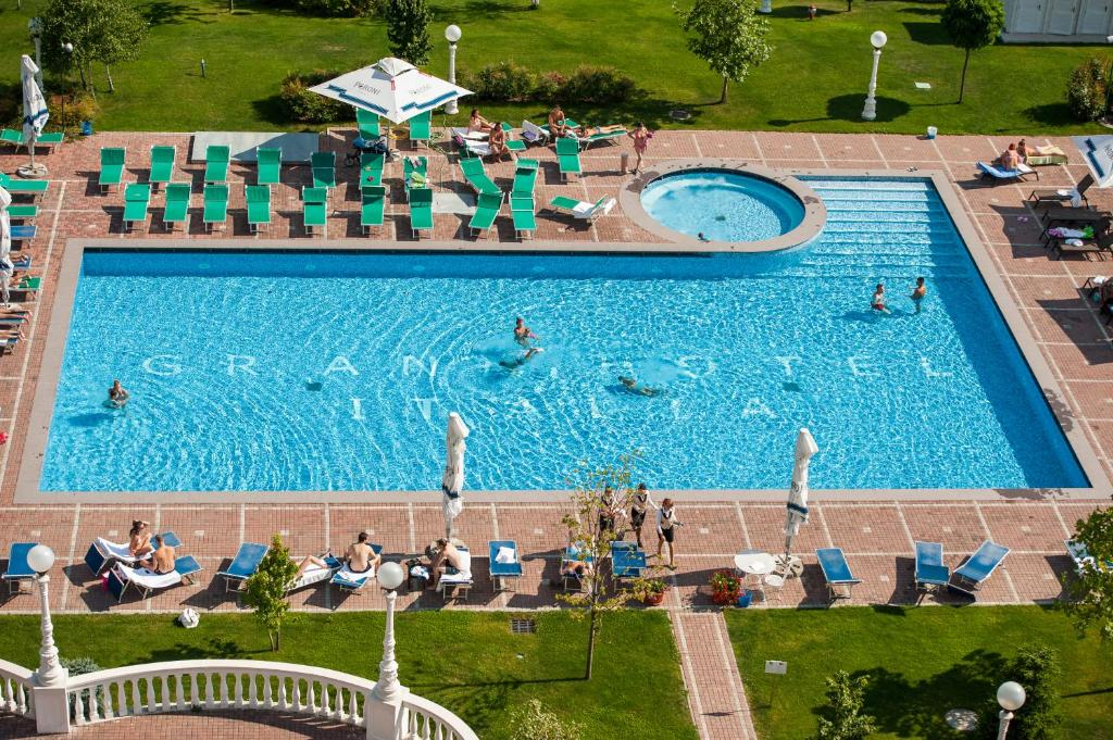 A view of the pool at Grand Hotel Italia or nearby