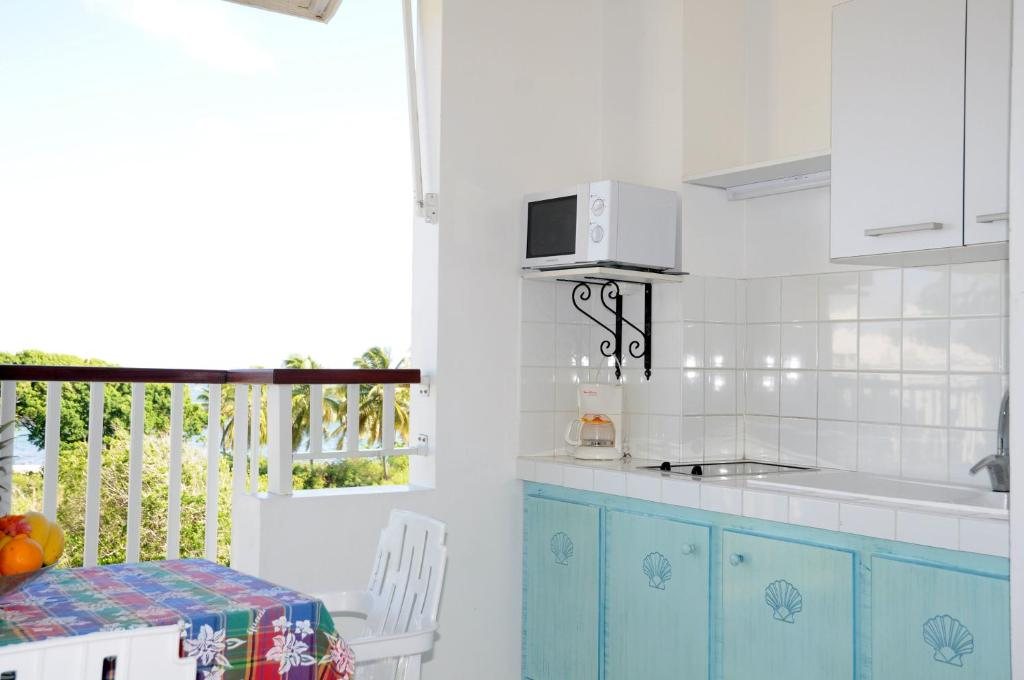 A kitchen or kitchenette at Résidence Tropicale