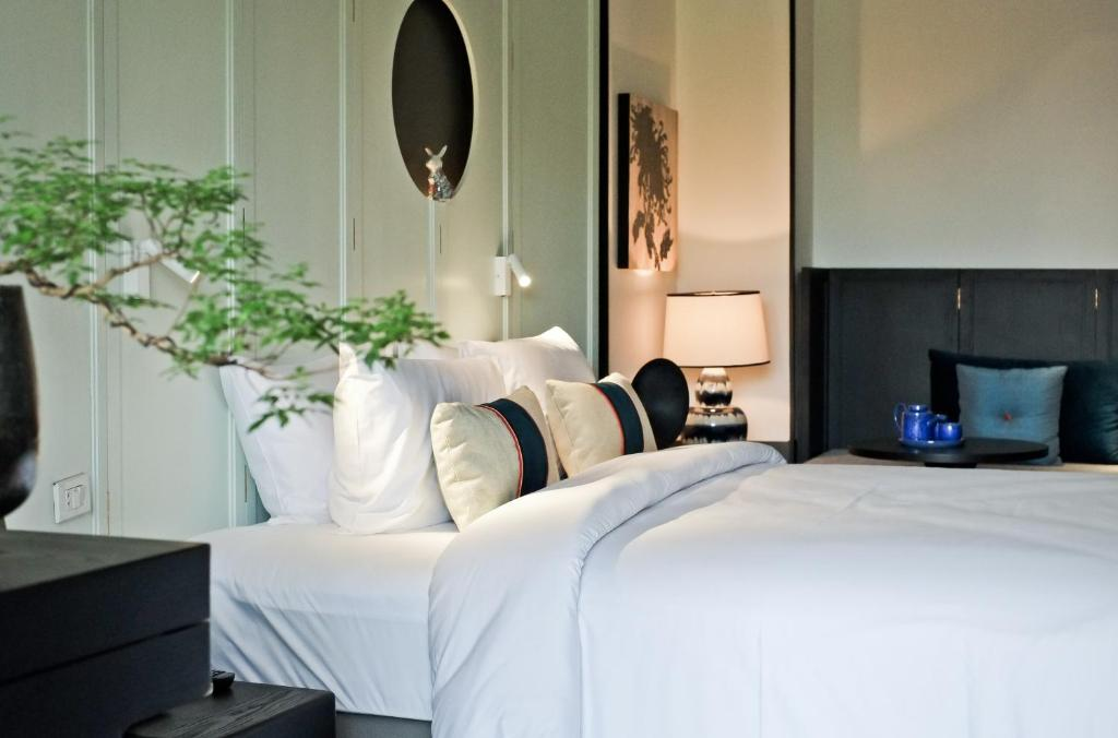 A bed or beds in a room at Hotel des Artists, Ping Silhouette