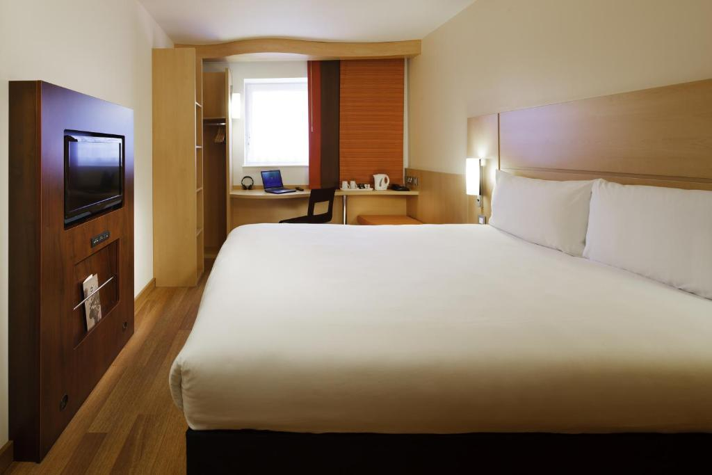 A bed or beds in a room at ibis London Shepherds Bush - Hammersmith