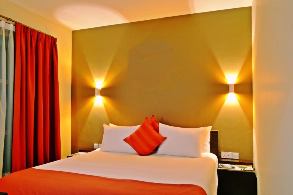 Uma cama ou camas num quarto em Qaribu Inn