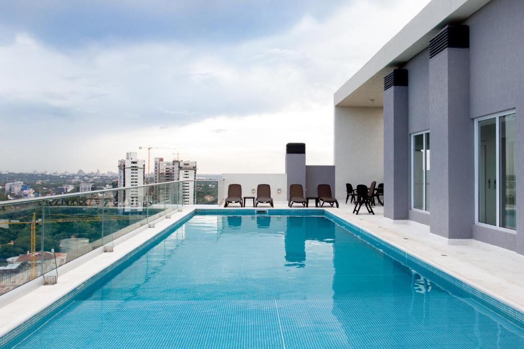 The swimming pool at or near Asunción Rent Suites Santa Teresa