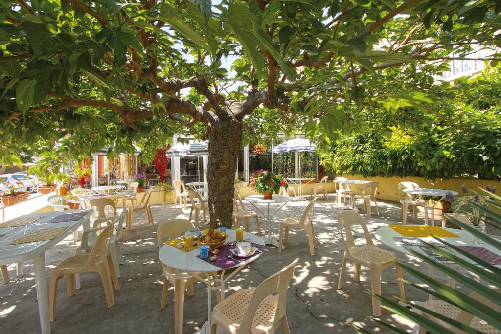 A restaurant or other place to eat at Hôtel La Croix de Malte