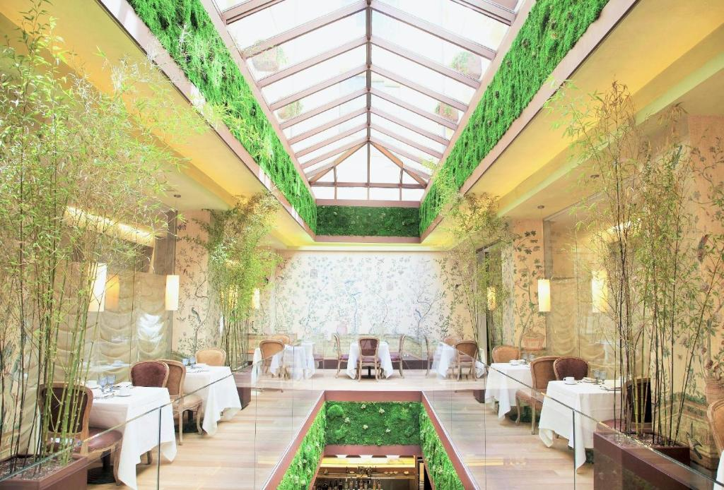 A restaurant or other place to eat at URSO Hotel & Spa