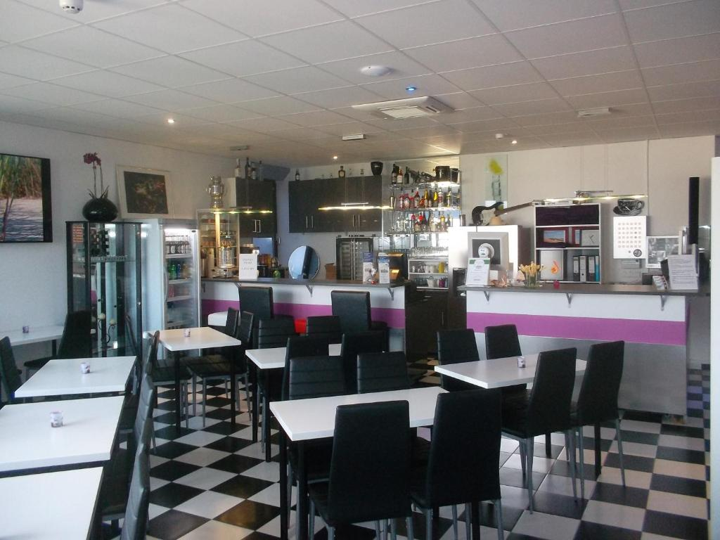 A restaurant or other place to eat at Frankfurt Central Hostel