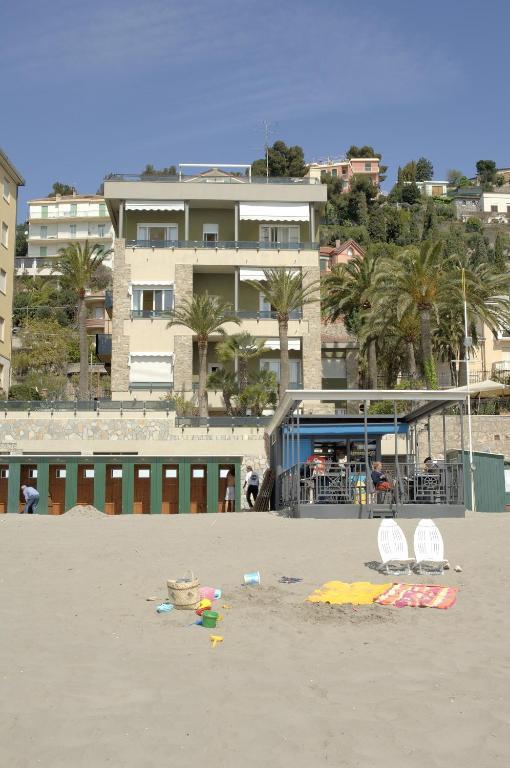 Residence sole mare alaxi hotels alassio prezzi for Subito liguria arredamento