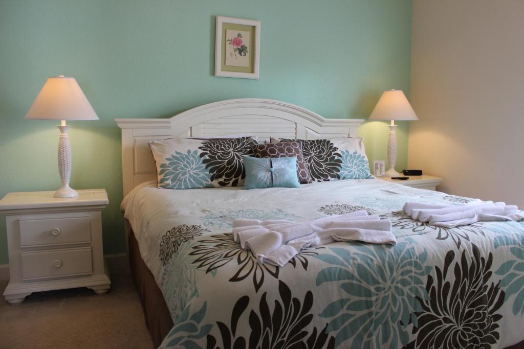 Un ou plusieurs lits dans un hébergement de l'établissement ACO Lucaya Village Resort 4 Bedroom Vacation Townhome (1715)