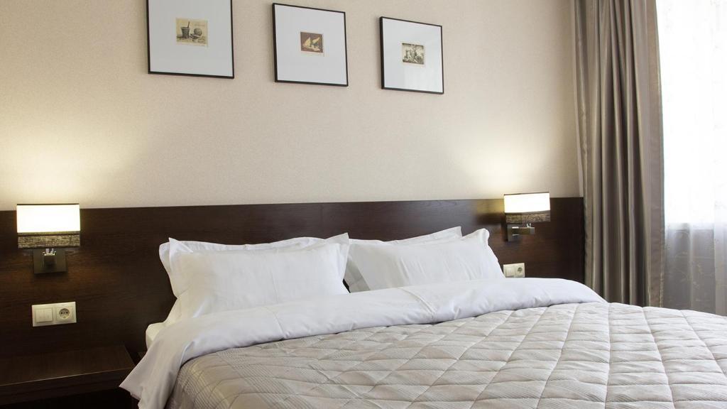Кровать или кровати в номере Отель Центральный Барнаул