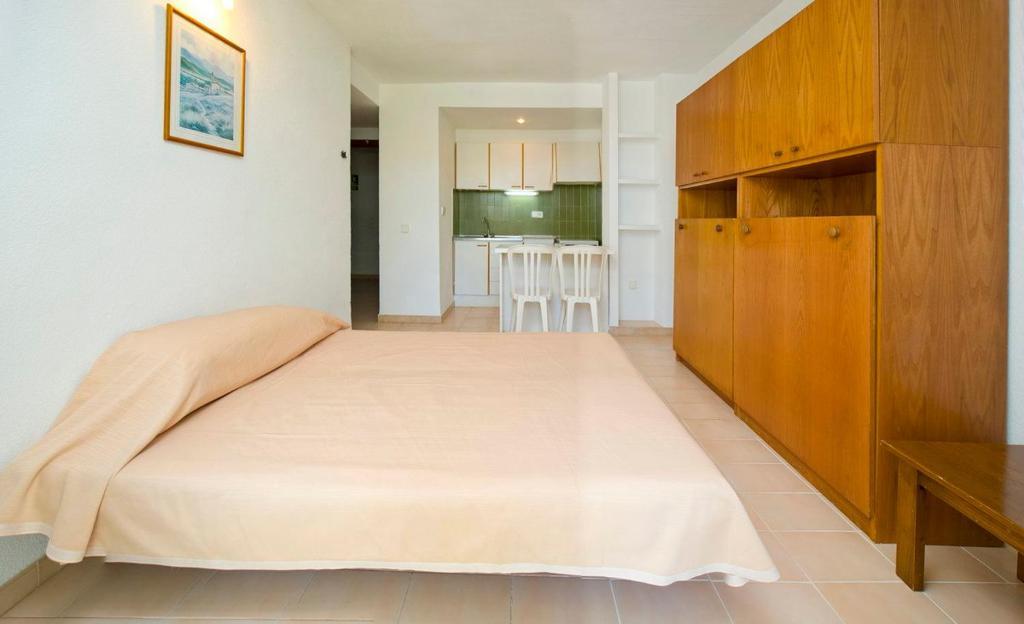 gran imagen de Apartamentos Cala LLonga Playa