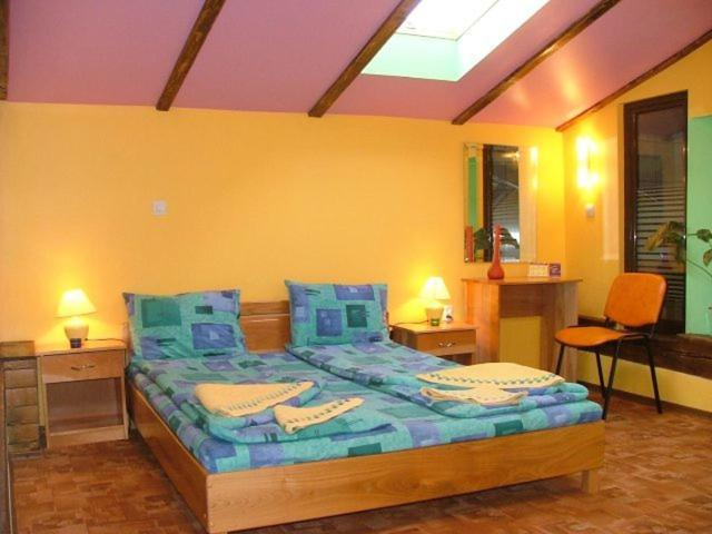 A bed or beds in a room at Pension Flamingo