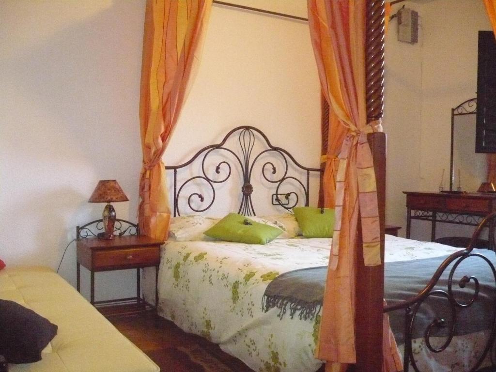 A bed or beds in a room at Hotel Uña Serranía Encantada
