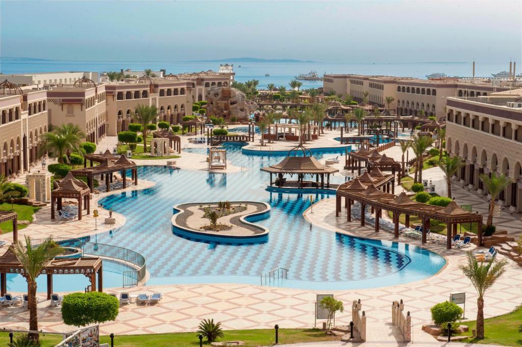 Sentido Mamlouk Palace Resort veya yakınında bir havuz manzarası