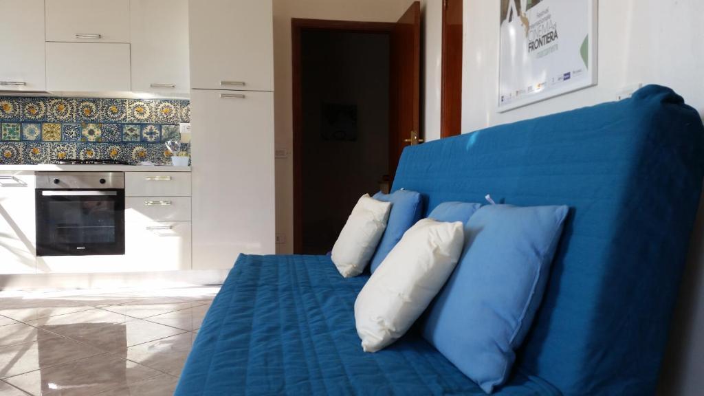 Divano Maria Rosaria : Ferienhaus la casa sopra il mare italien cava d'aliga booking.com