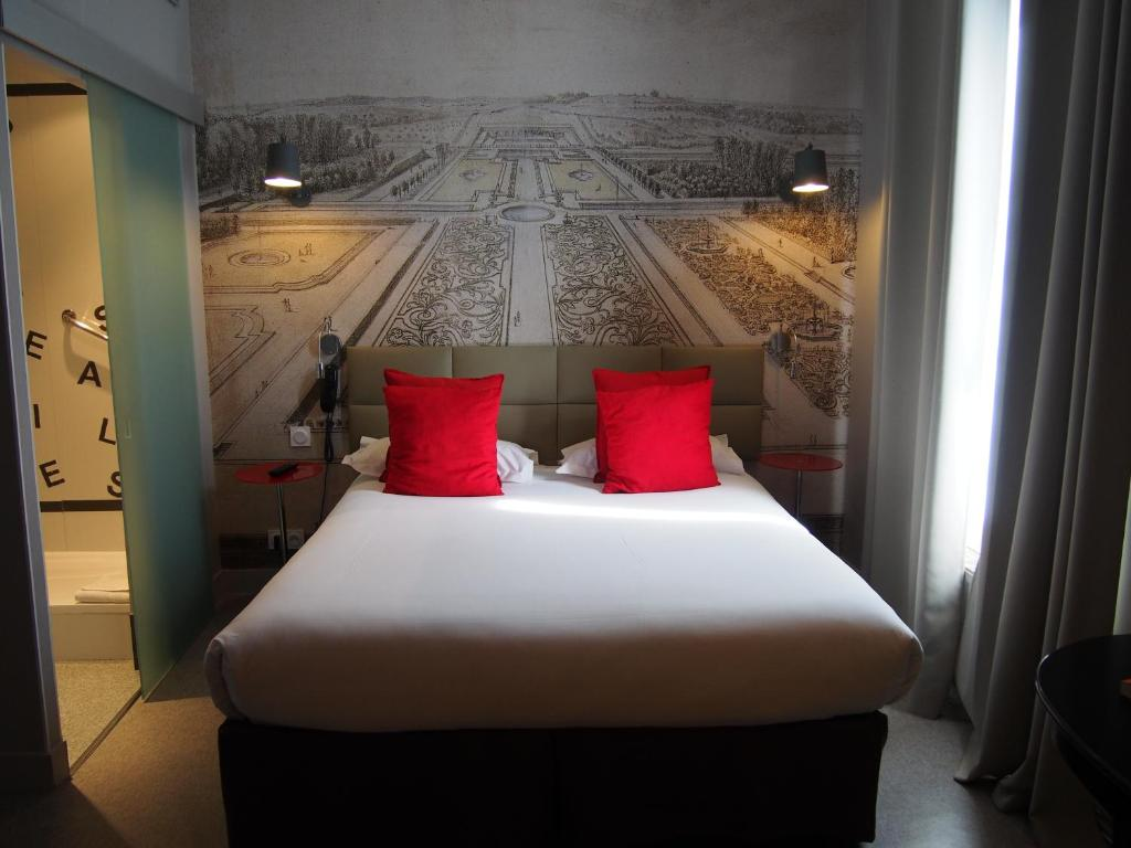A bed or beds in a room at Porte de Versailles Hotel
