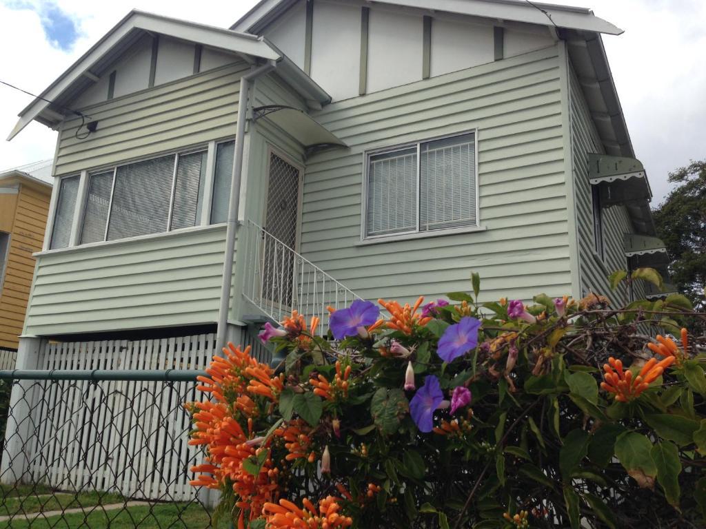 vacation home bougainvillea house wynnum manly brisbane. Black Bedroom Furniture Sets. Home Design Ideas