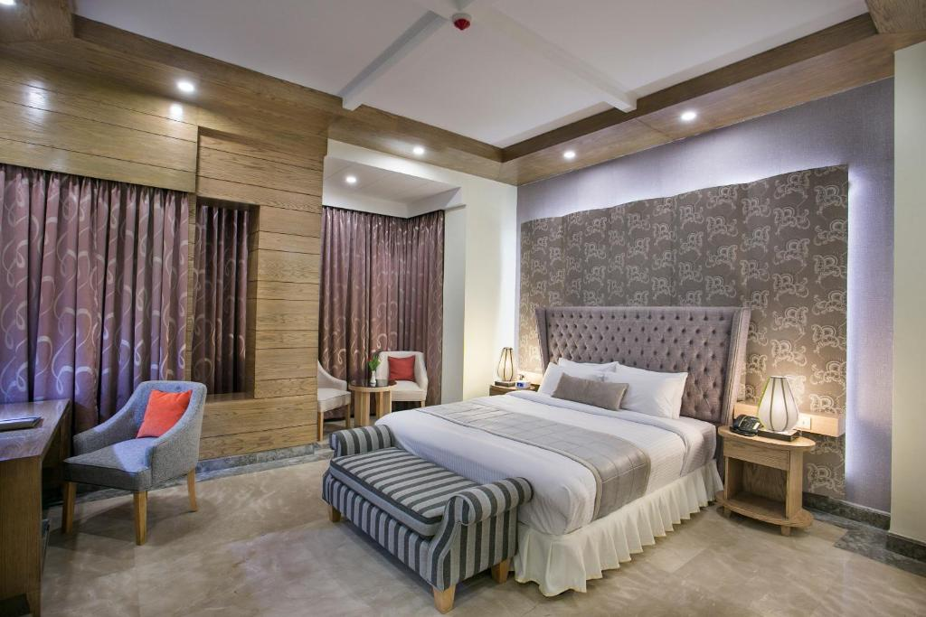 A bed or beds in a room at Ascott Palace Dhaka