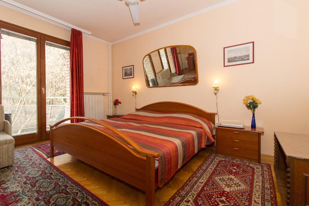 A bed or beds in a room at Budavar Bed and Breakfast