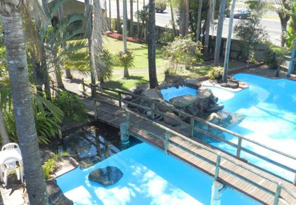 A view of the pool at Tropical Gardens Motor Inn or nearby