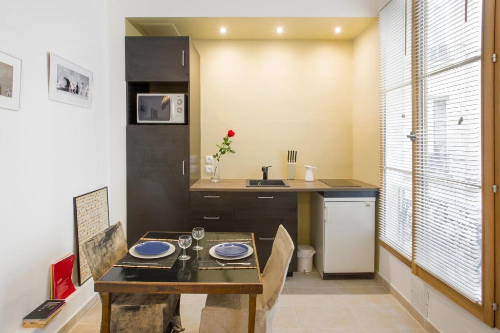 apartment studio beaune paris france. Black Bedroom Furniture Sets. Home Design Ideas