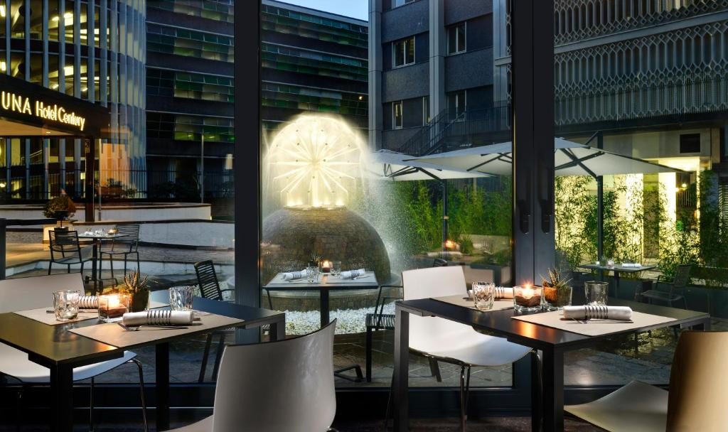A restaurant or other place to eat at UNAHOTELS Century Milano