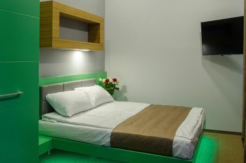 Llit o llits en una habitació de Pushkinskaya Apartments