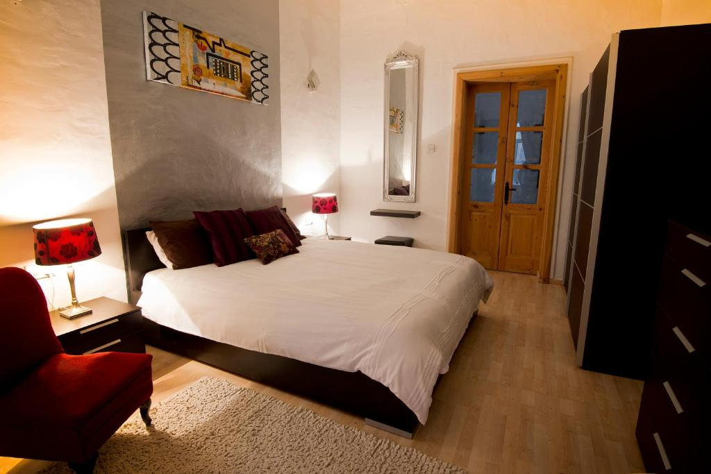A bed or beds in a room at Valletta Arch Apartment