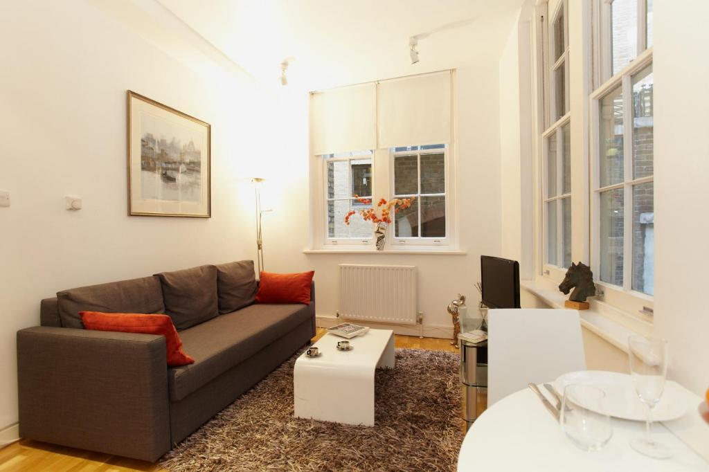 A seating area at Saint Paul's Apartment