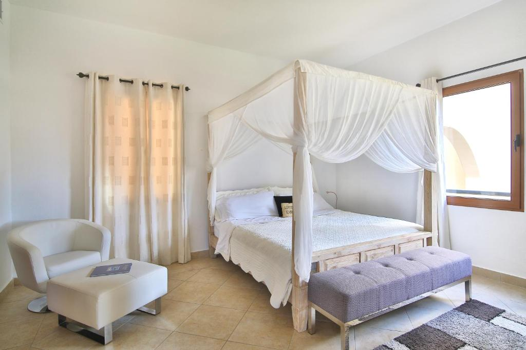 A bed or beds in a room at Aazure Porto Cupecoy