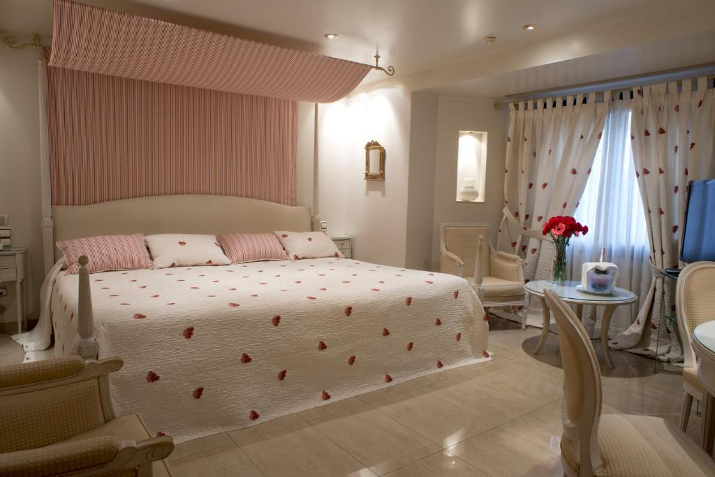 A bed or beds in a room at A Casa Canut Hotel Gastronòmic