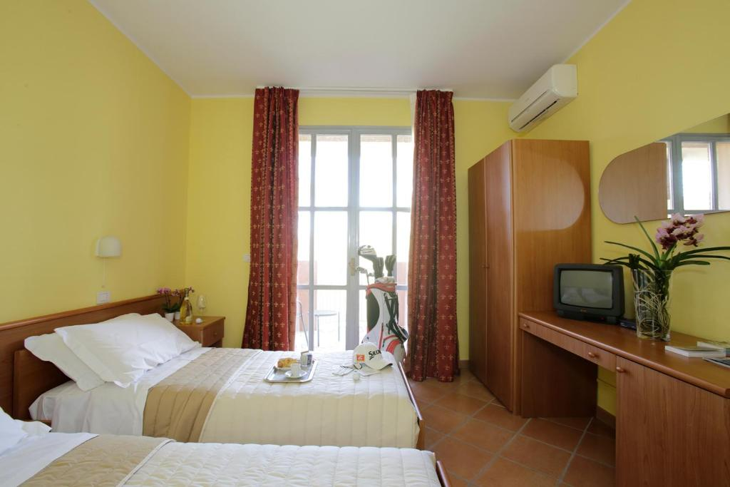 A bed or beds in a room at Hotel Il Golfino