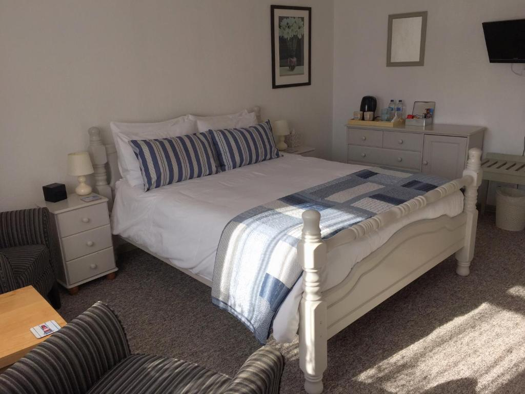 A bed or beds in a room at The Cottles B&B/Holiday Apartments