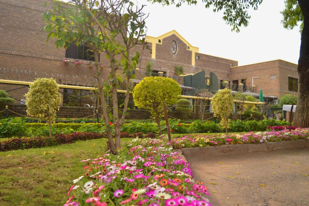 Guesthouse Chateau Royal Islamabad Pakistan Bookingcom - House garden pictures in pakistan