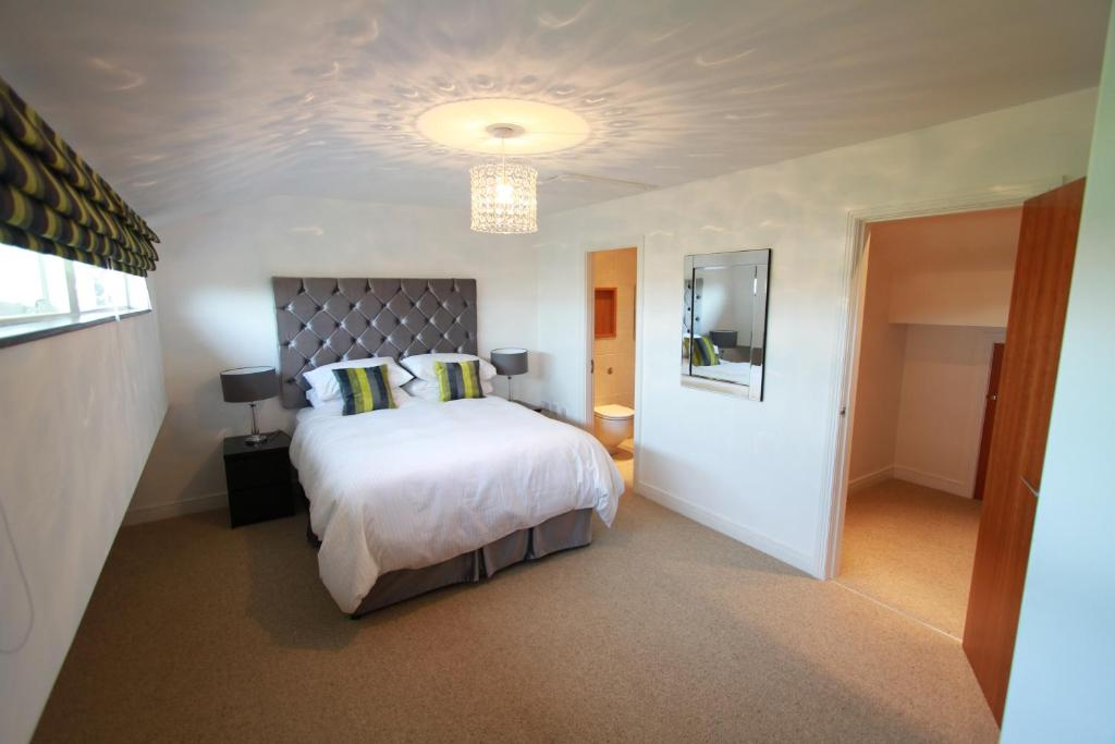 A bed or beds in a room at Award Winning Beautiful Quayside Kenilworth House