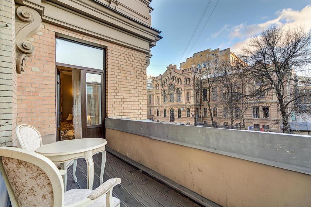 Чем отличается бельэтаж от балкона..
