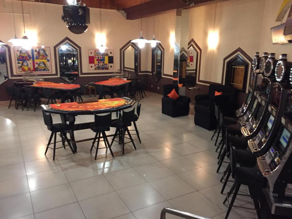 Nhlangano casino hotel henckels 8-slot steak knife block
