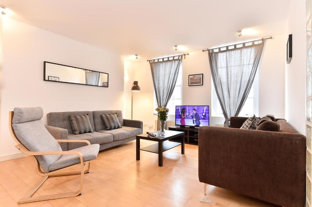 A seating area at Chancery Lane City Apartments
