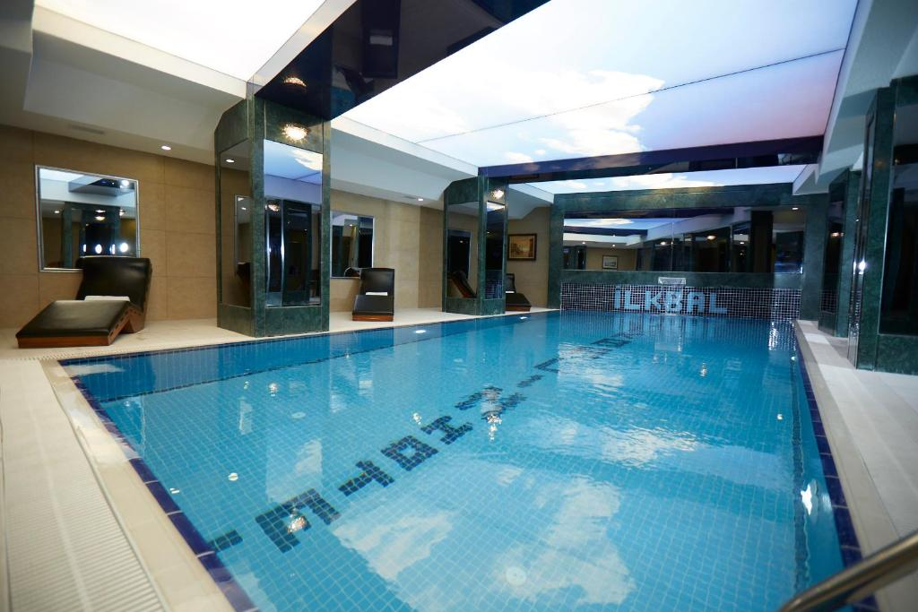 The swimming pool at or close to Ilkbal Deluxe Hotel Istanbul