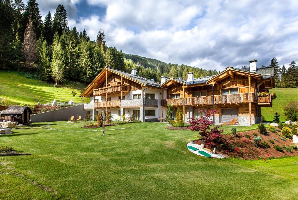 Alpine mountain chalet san vigilio di marebbe italy for Mtn chalet