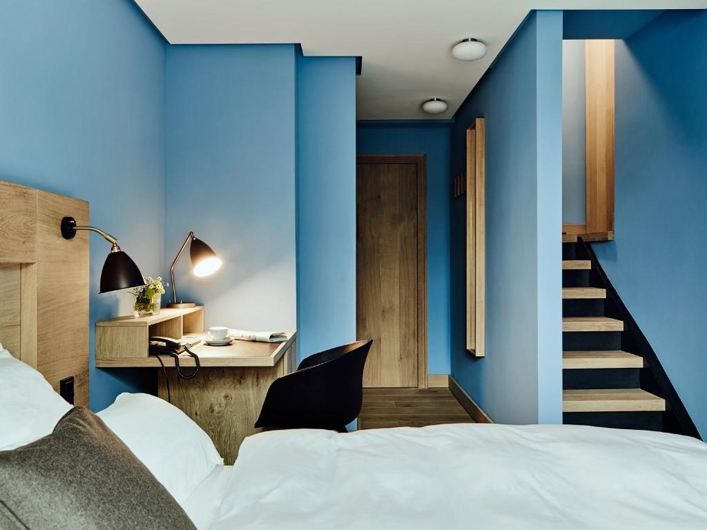 A bed or beds in a room at Hotel Wedina an der Alster