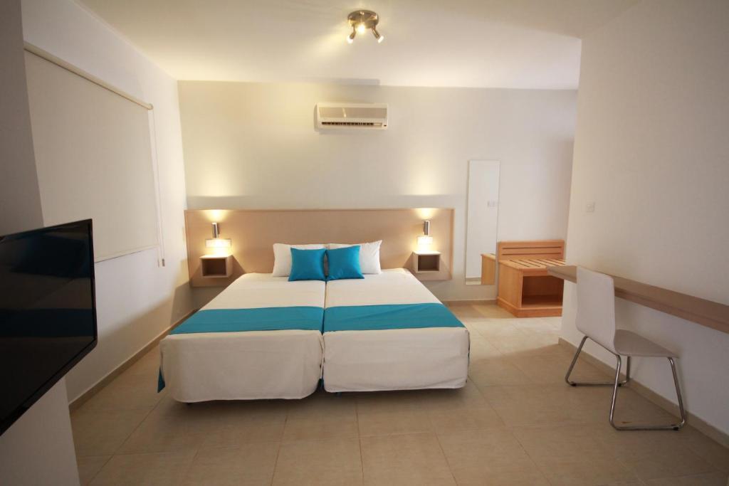 Кровать или кровати в номере Sea Cleopatra Napa Hotel