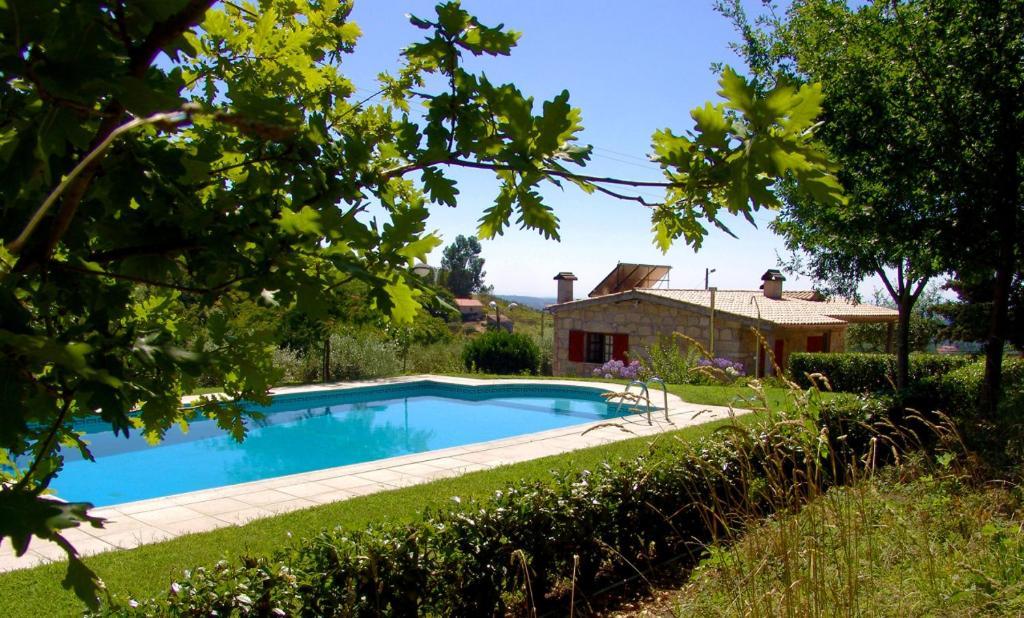 A piscina em ou perto de Casa das Tapadas
