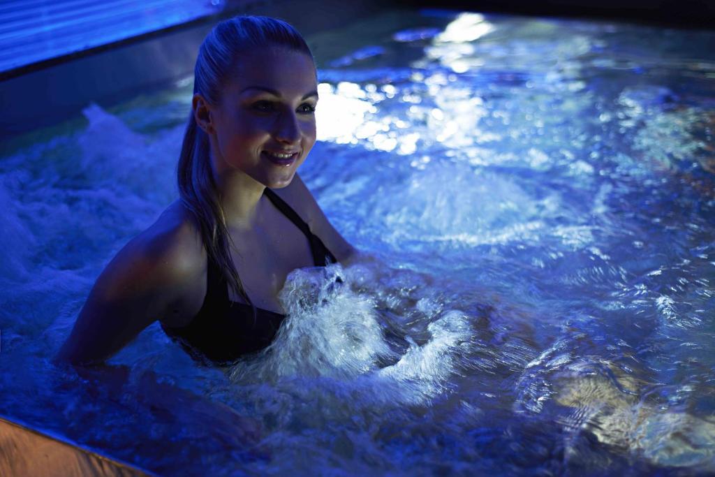 Красивая сцена в бассейне