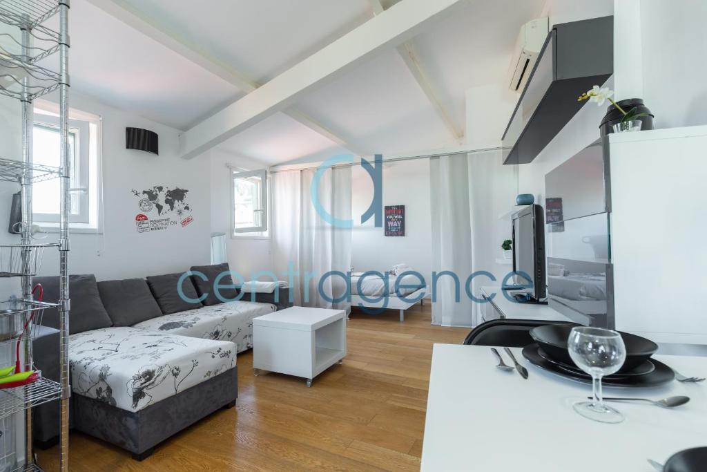 appartement sous les toits nice avec des photos. Black Bedroom Furniture Sets. Home Design Ideas