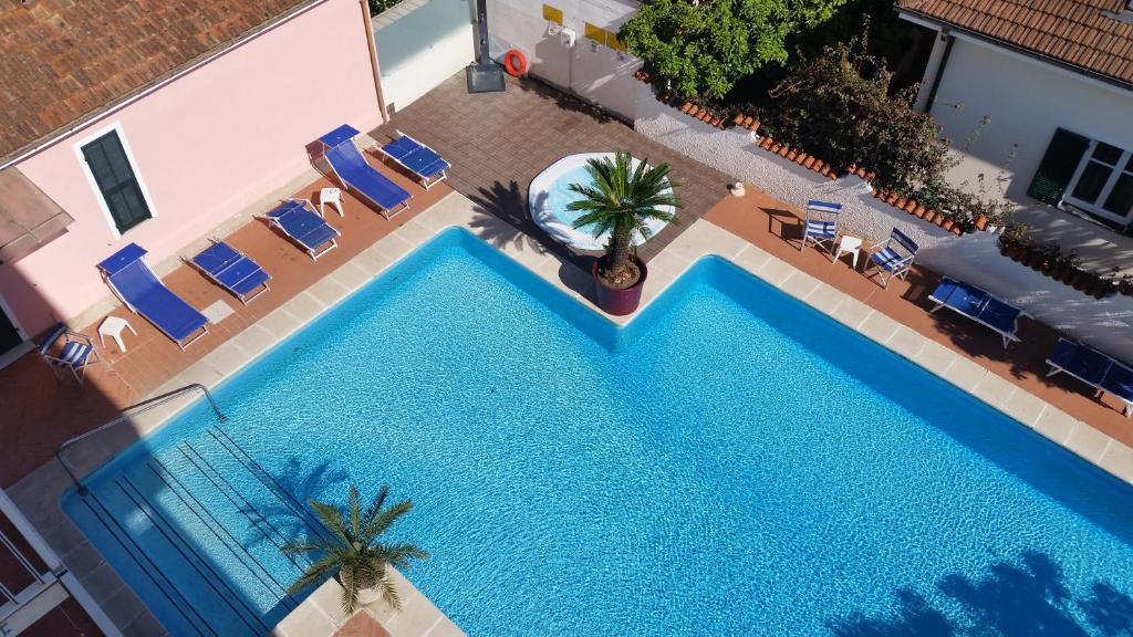 A view of the pool at Hotel Splendid or nearby