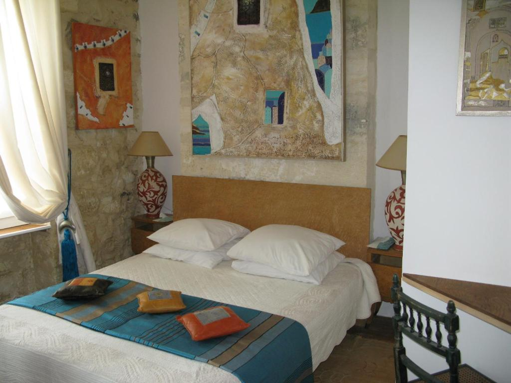 Un ou plusieurs lits dans un hébergement de l'établissement Maison d'hôtes L'Echoppe & Les Toiles