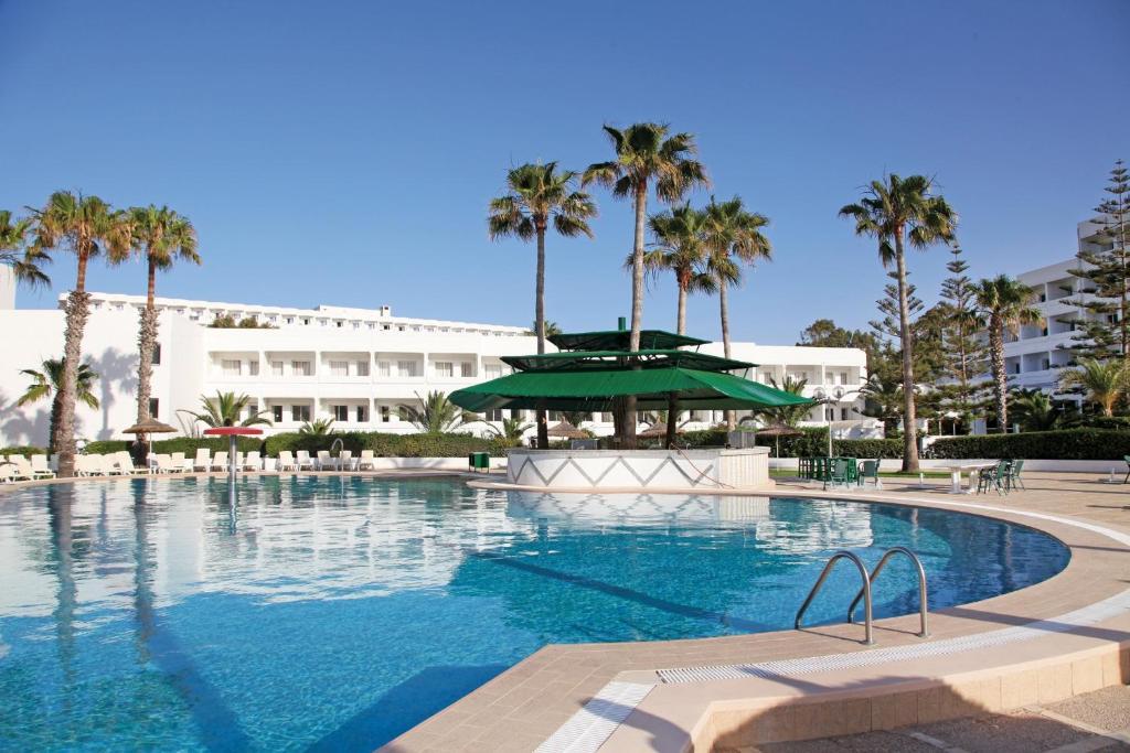 Отель Tropicana club с открытым бассейном, работающим круглый год, и принадлежностями для барбекю расположен в городе Сахлин региона Монастир, в 11 км от города Сус. При отеле открыт ресторан, а на территории есть детская игровая площадка и терраса для загара.