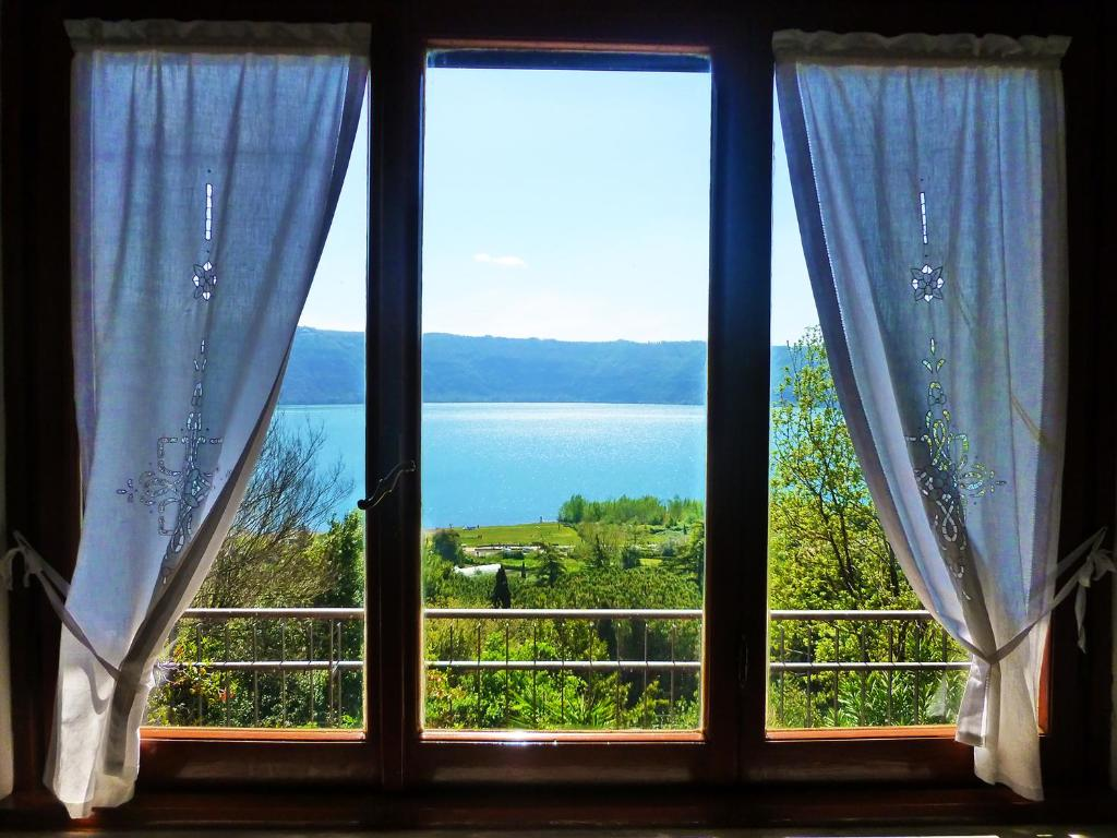 Appartement le finestre sul lago italie castel gandolfo - Verniciare le finestre ...