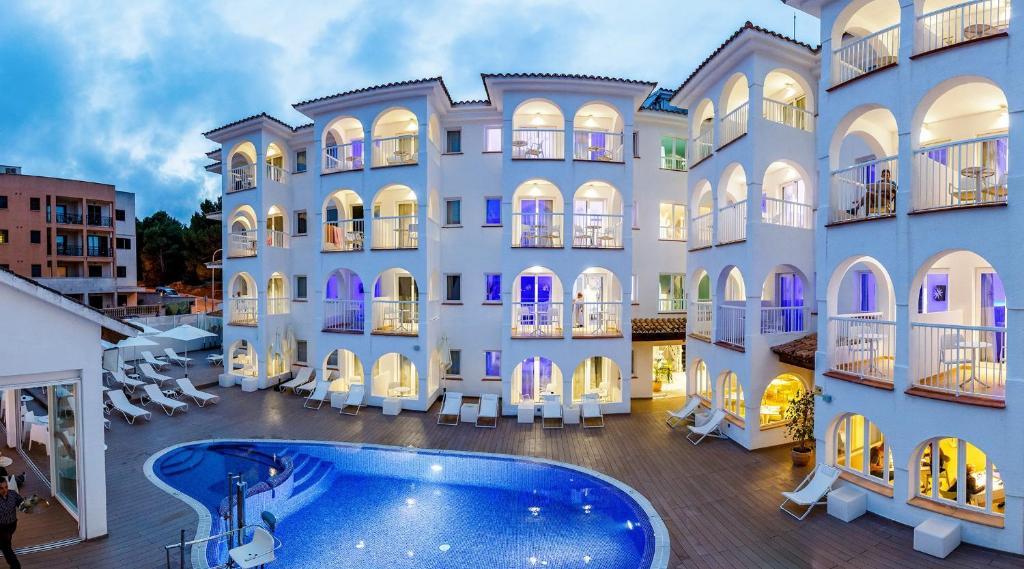 Hotel R2 Bahia Cala Ratjada - Adults Only, Spain - Booking.com