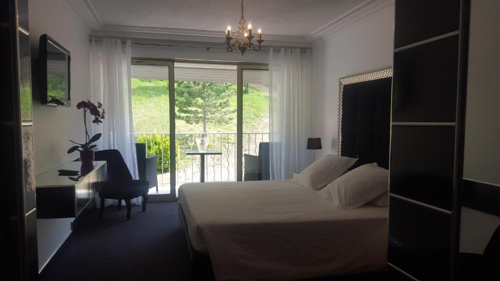A bed or beds in a room at Hôtel Les Deux Lions